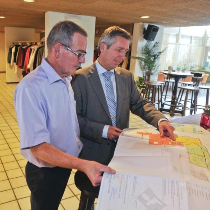 Rinus Verseput en Jan Lagendijk bestuderen de verbouwingsplannen in de foyer van De Schutse. foto's Dirk-Jan Gjeltema
