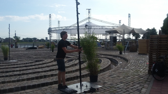 Mick van Gentevoort aan het werk bij het Labyrinth op de Waalkade in Nijmegen.