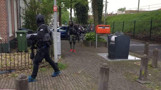Leden van het arrestatieteam van de politie spoeden zich naar de wijk Klarendal, waar een gewapende man zich zou ophouden.