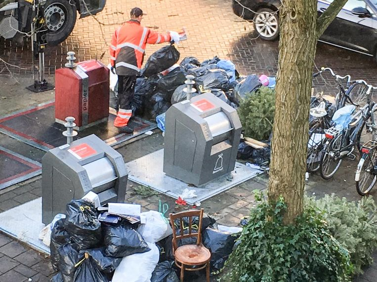 Gedumpte kerstbomen en stapels vuilniszakken Beeld Maarten Eliasar