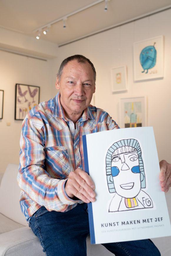 Jef Cloostermans van Studio Borgerstein toont zijn nieuwe kunstkleurboek.