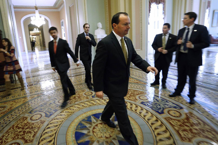 Senator Mike Lee in het Capitool na een lange stemmingssessie over de begroting.