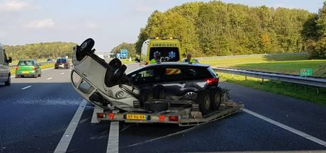 Klassieke Kever op de kop na ongeluk op de A18