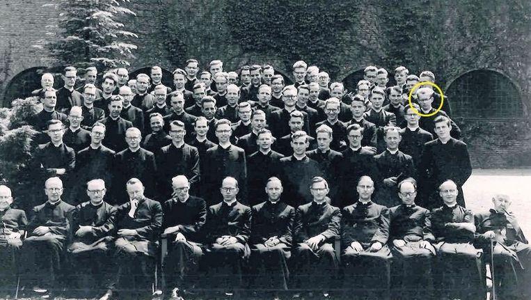 De tweede fase van de jezuï¿etenopleiding, het Nijmeegse Berchmanianum, rond 1956. Omcirkeld: Huub Oosterhuis. Beeld