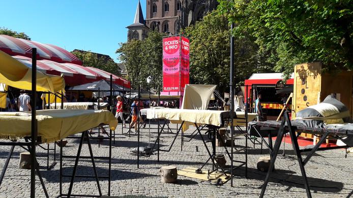 De negen bedden die theatermaker Marte Boneschansker heeft neergezet midden op de Parade tijdens Theaterfestival Boulevard.