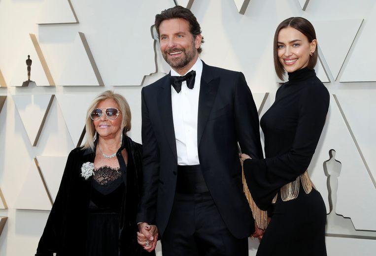 Bradley Cooper op de rode loper met zijn moeder Gloria Campano en zijn vriendin Irina Shayk.