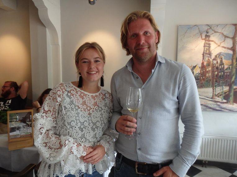 Wijnmaker Stan Beurskens, eindelijk wijn zonder sulfiet. 'Want ik maak geen wijn om na een half jaar weg te gooien.' Met Lonneke de Boer (Glasnost). Beeld Schuim