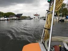 Passen en meten met riviercruiseschip in haven Elburg