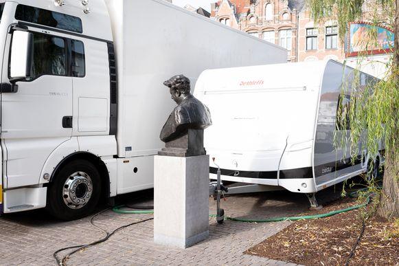 Fotoreeks rond het borstbeeld van Felix Timmermans in Lier. Felix en de caravan (2019).