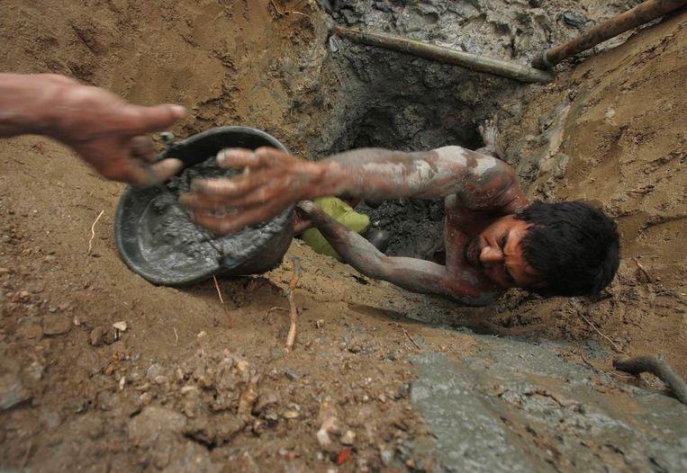 Dorpelingen in een goudmijn in Sulawesi (archiefbeeld).