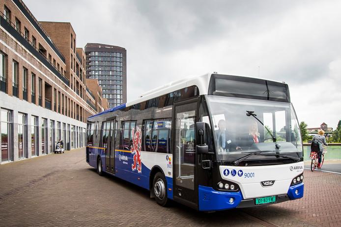 Een bus van Arriva met het logo van de provincie Limburg.