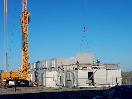Een bouwplaats in Noord-Nederland waar bouwvakkers ondanks de gevoelstemperatuur van -6 graden Celsius aan het werk zijn.