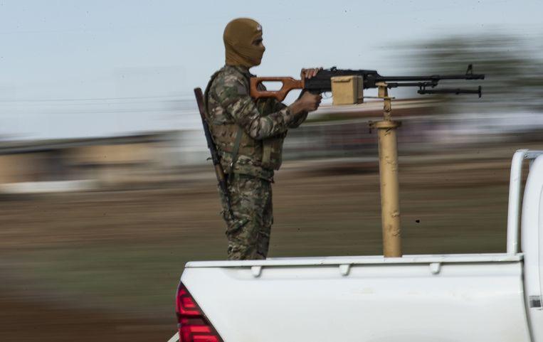 Gemaskerde YPG-strijder bij de Syrische stad al-Malikiyah, aan de grens van Turkije. Beeld AFP