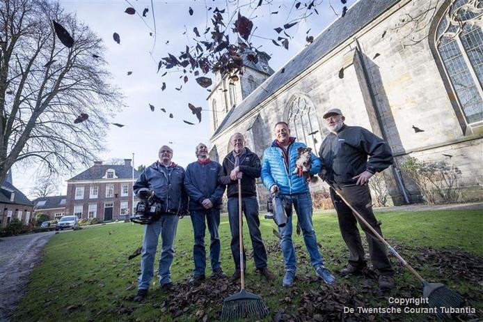 De vrijwilligers van de tuinploeg bij de Oude Blasius kregen twee bladblazers cadeau van een Deldense ondernemer. Vlnr: Henk Hardeman, Wim Schultze, Jan Werking, Rene Arnthof (ondernemer) en Jan Baars.