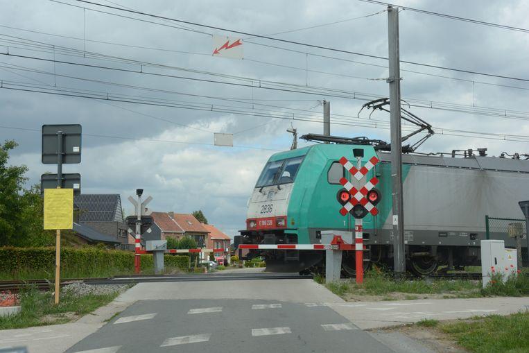 Tussen de Appelstraat en Beekmolenstraat zal een parallelweg worden aangelegd. De twee spooroverwegen worden gesloten en vervangen door een brug halfweg.