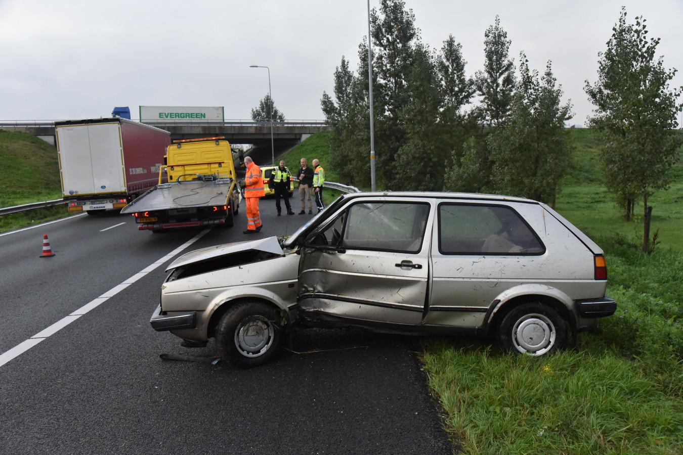 De auto raakte flink beschadigd door het ongeluk op de A50.