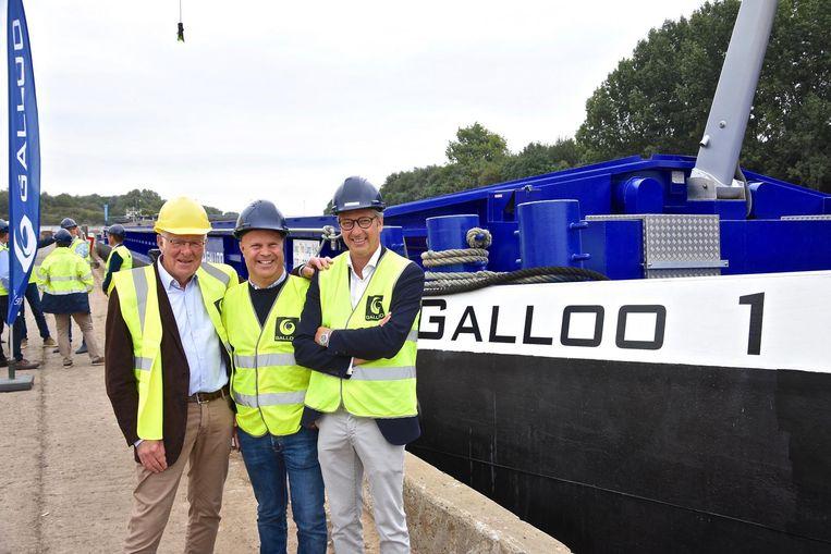 Recyclagebedrijf Galloo investeert in duurzaamheid en pakt uit met een eigen duwbak en gloednieuw waterzuiveringsstation. Op de foto zien we Antoine, Jan en Pierre Vandeputte bij de Galloo 1.