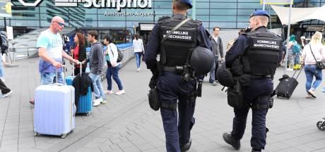 Marechaussee arresteert dronken treinpassagiers op Schiphol