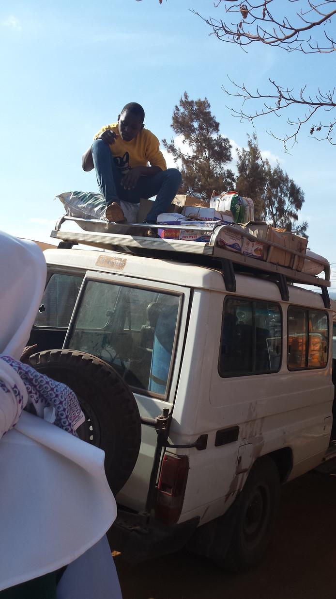 'De ziekenhuisauto wanneer we spullen in Karate gingen kopen. Alles ging op het dak en op de terugweg zat de auto volgepropt met mensen die we onderweg te voet tegen kwamen.'