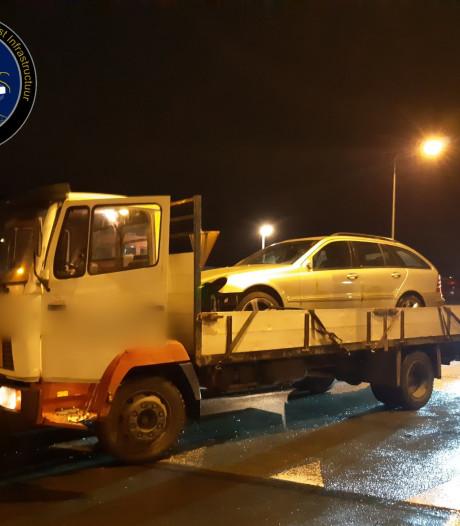 Politie Urk ziet 'schokkerig' rijdende vrachtwagen met 'rollende' auto achterop en stopt 17-jarige bestuurder