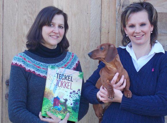 Illustratrice Ina en schrijfster Ilse met het boek en de hond waar het op gebaseerd werd.