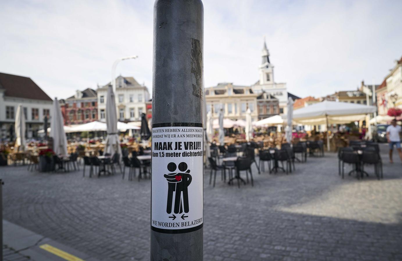 Een sticker tegen de coronamaatregelen op de Markt in Bergen op Zoom.