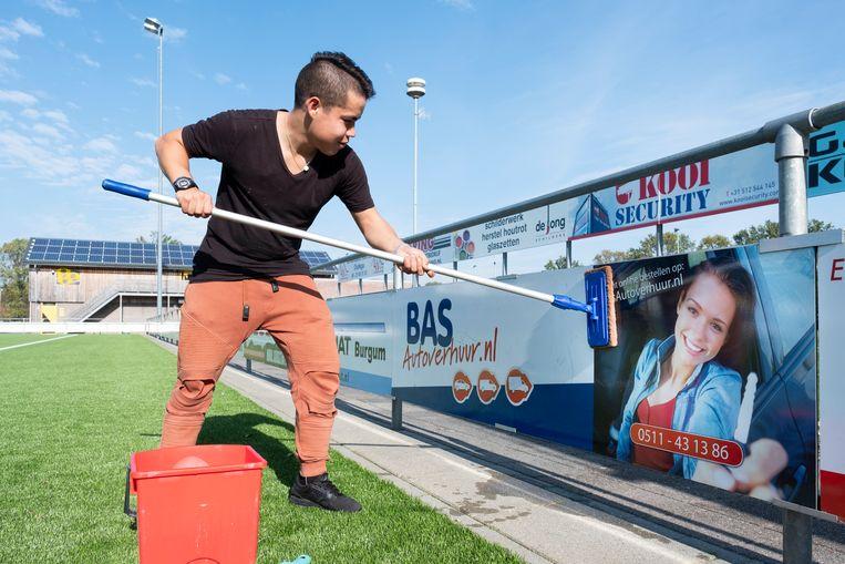 Daniel Schouwstra helpt Voetbalclub ONT met schilder- en schoonmaakwerk.  Beeld Sjaak Verboom