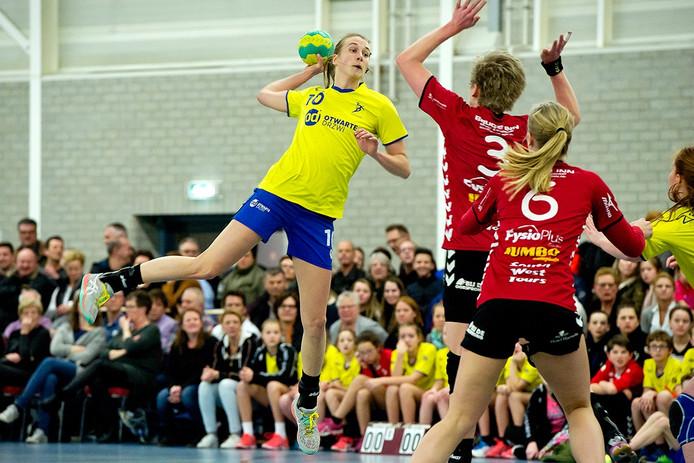 Tanja Slips liet de zaal ontploffen door het eerste doelpunt van de wedstrijd te maken in de bekerwedstrijd tussen HV Dongen en Dalfsen. Foto Joris Knapen / Pix4Profs