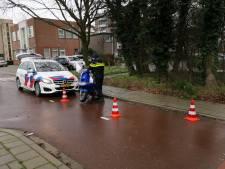 Scooterrijder negeert stopteken, vlucht, valt en ontkomt aan de politie in Ede