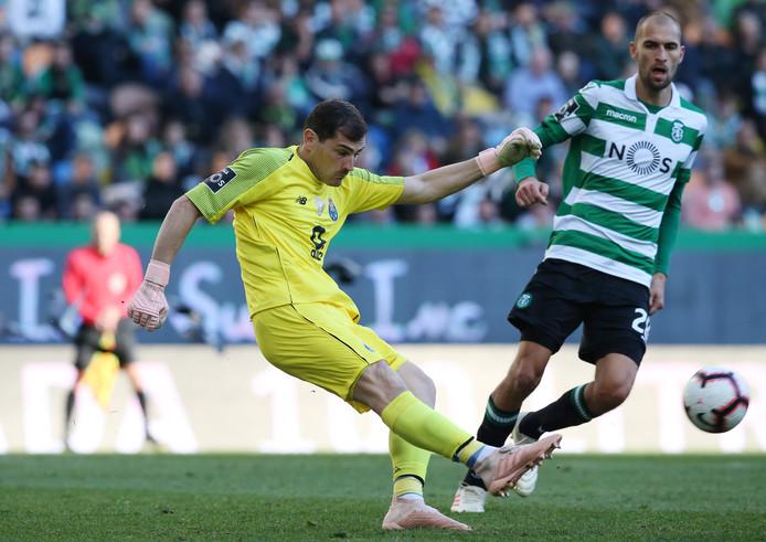 Porto-doelman Iker Casillas ruimt op voor Bas Dost gevaarlijk kan worden.