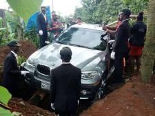 Nigeriaan begraaft vader in gloednieuwe BMW X5