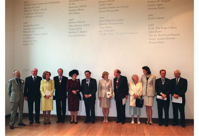 De winnaars van de Four Freedom Awards in 1996 in Middelburg. De Israëlische ambassadeur in Nederland Yossi Gal nam de onderscheiding namens Peres in ontvangst tijdens de ceremonie in de Nieuwe Kerk in Middelburg.