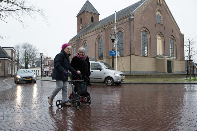 Het oversteken rond de Nicolaaskerk in Heino is met het afbuigend autoverkeer niet altijd een pretje.