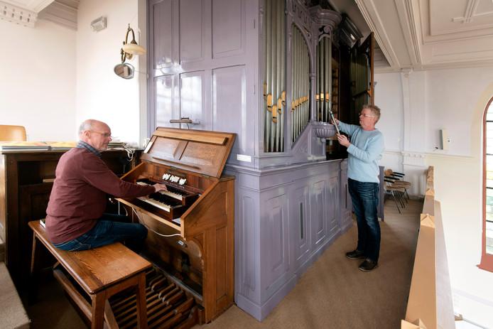 Dick van der Meer achter het orgel. Rechts restaurateur Menno Kaat.