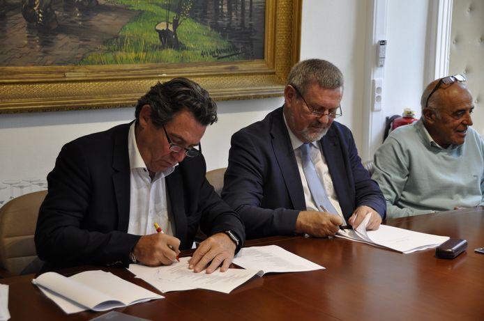 Burgemeester Herman Vijt en schepen Frans van Gaeveren ondertekenen de overeenkomst.