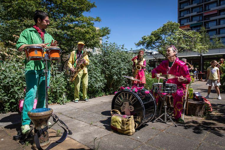 Eerste en tweede van links: percussionist Maher Alshaki en saxofonist Peter van der Pouw Kraan.  Beeld Dingena Mol