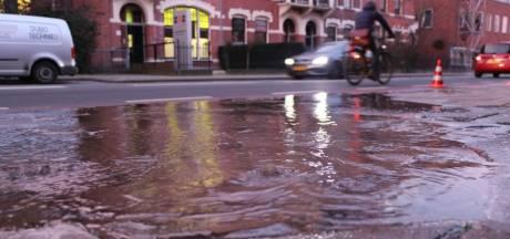 Waterleiding gesprongen in Enschede: weg verandert in ijsbaan