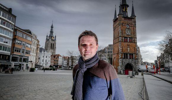 Schepen Arne Vandendriessche, op de Grote Markt in Kortrijk