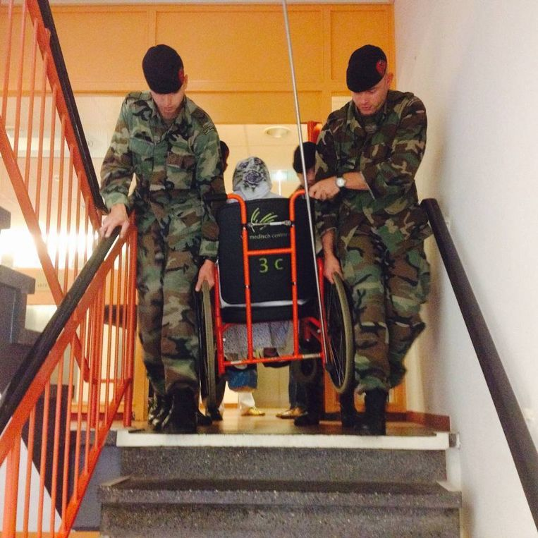 Mariniers evacueren een patiënt via de trap. Beeld Ministerie van Defensie