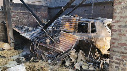 Uitslaande brand bij paardenpension De Voerinck: Loods zwaar beschadigd, maar brandweer kan erger voorkomen