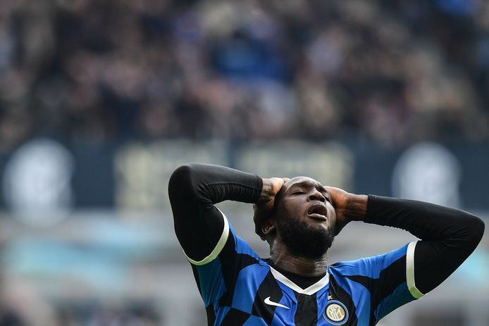 Inter Milan's Belgian forward Romelu Lukaku reacts after missing a goal opportunity during the Italian Serie A football match Inter Milan vs Cagliari on January 26, 2020 at the San Siro stadium in Milan. (Photo by Miguel MEDINA / AFP)