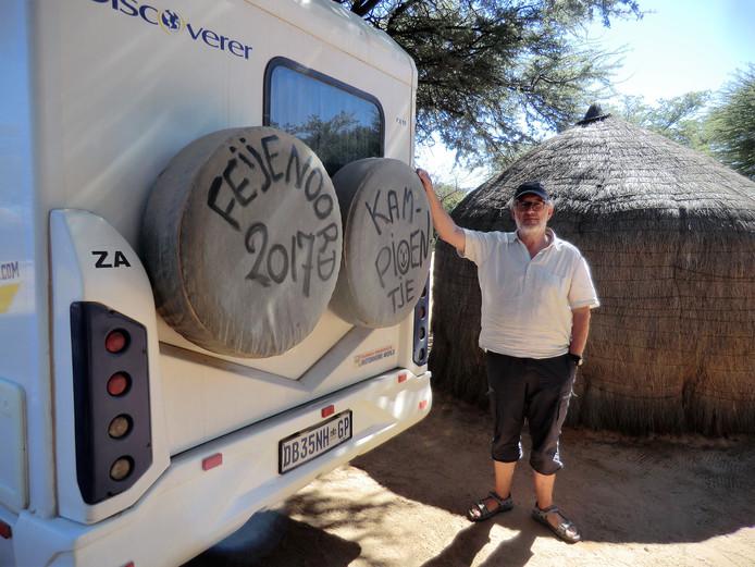Daar rijd je dan door de Kalehari woestijn in Botswana op 14 mei 2017. Nergens ontvangst natuurlijk, zegt Henk Speelman uit Hoogvliet. ,,Pas op maandag rond het middaguur slaagden we erin om een telefoonmast te bereiken. En ja hoor; daar kwam het verlossende sms'je van zoonlief: We zijn kampioen!'' Improviseren dan maar, met een dikke viltstift en de reservewielen.