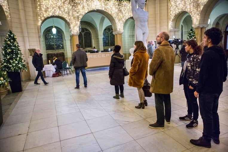 Belangstellenden tekenen het condoleanceregister in het Rotterdamse stadhuis.  Beeld Arie Kievit