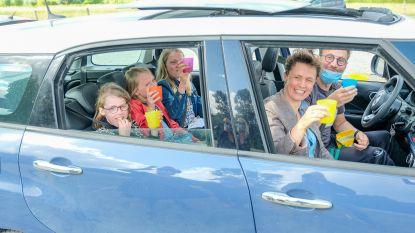 Laatstejaars rollen De Zwierezwaai letterlijk uit: kinderen halen diploma in drive-through op
