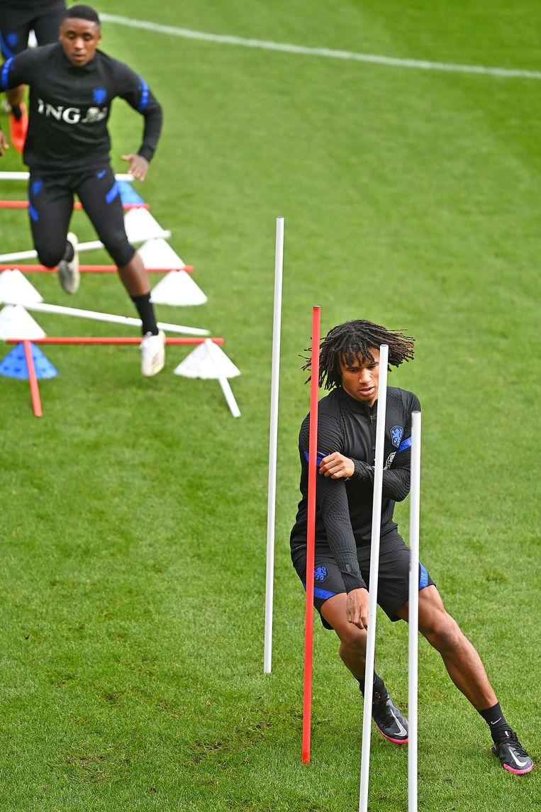 Nathan Aké slalomt bij een training van Oranje tussen de poortjes. Beeld Guus Dubbelman / de Volkskrant