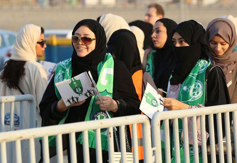Een sjaal gedrapeerd over de abaya: zo betreden vrouwen het Koning Abdullah-stadion. Ze mogen voor het eerst een voetbalmatch bijwonen.