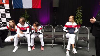 Deze foto zegt alles: gespannen sfeer bij Belgische Fed Cup-tegenstander