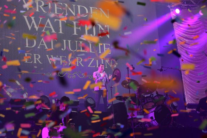 Jan Smit opent zijn concert in de Zeelandhallen met confetti.