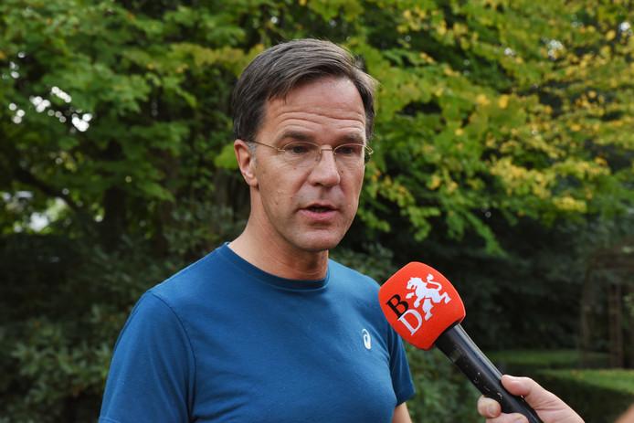 Premier Rutte staat op de heidag in Oisterwijk de pers te woord.