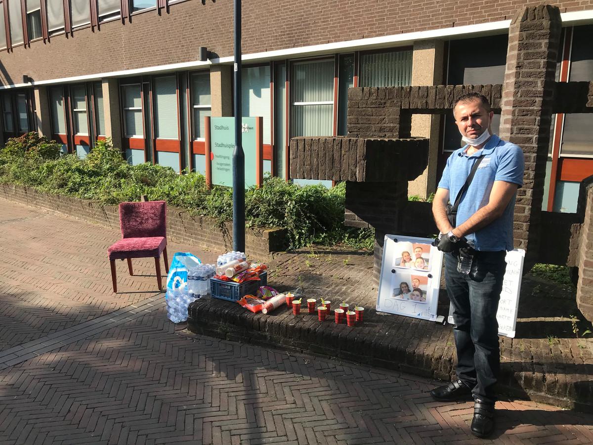 Gimo Baram tijdens zijn eendaagse hongerstaking voor het stadhuis van Amersfoort, afgelopen dinsdag. Komende week neemt hij daar opnieuw plaats.